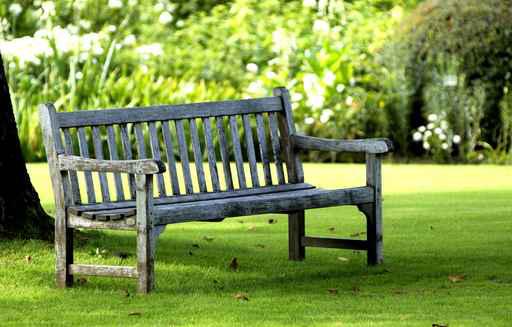 banc dans un jardin publique